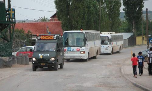 Eskort av serbiska bussar, Gracanica, Kosovo, 2002. Foto: ©2002 Robert Rosén