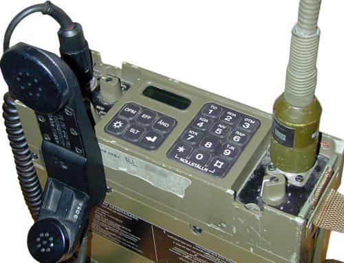 Ra 180 monterad med handmikrotelefon samt marschantenn.
